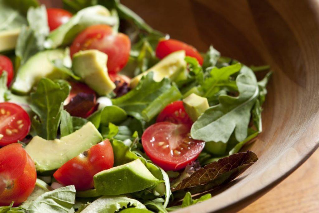 salad with avocados and tomatoes 1024x683 - Buah Apa Saja yang Rendah Gula ?