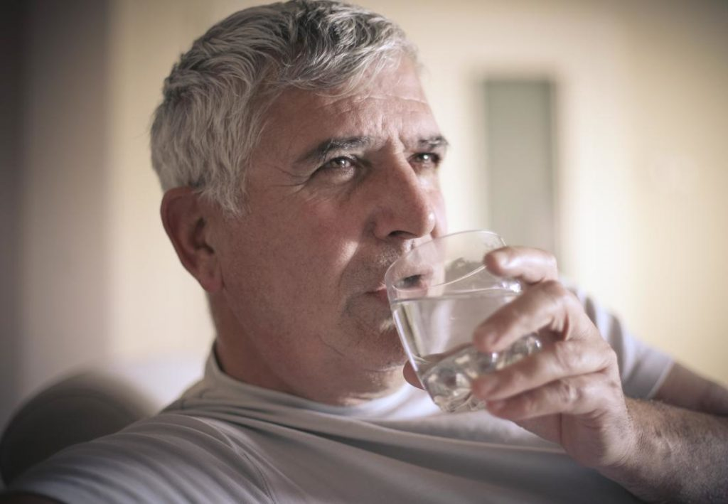 drinking plenty of water helps flush out urinary tract infections and lowers the risk of future infection 1024x709 - Apa yang Perlu Diketahui tentang Infeksi Saluran Kemih ?