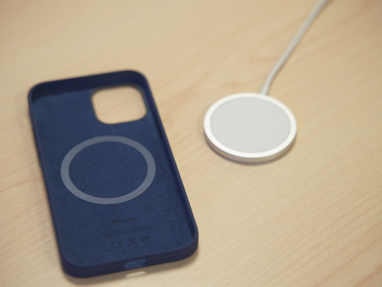 iphone 12 case and magsafe charger 768x768 1 - Samsung Galaxy S21 vs iPhone 12: Bisakah Samsung Menggigit Apple?